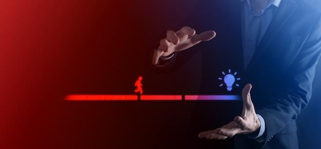 De mannelijke hand van de zakenman houdt een verbindingsblok tussen twee reeksen brugweg voor een silhouetman om ideepictogram te lopen