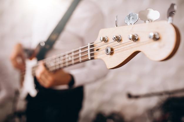 De mannelijke handen sluiten omhoog het spelen van de gitaar
