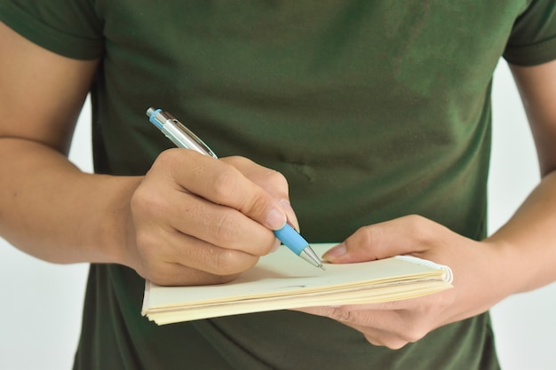 De mannelijke pen van de handholding klaar om notitieboekje te maken