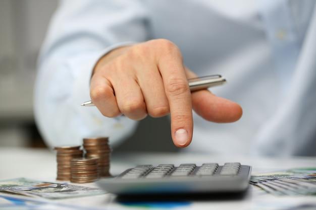 De mannelijke zilveren zilveren calculator van de handdrukknop ligt