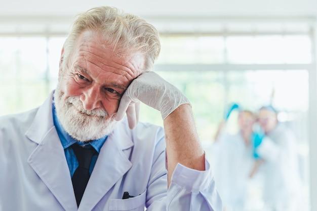 De mannen die van de portretwetenschapper met chemische producten in laboratorium werken