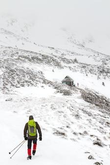 De mannen gaan naar de hut aan de voet van de berg hoverla, waar vrienden op hem wachten