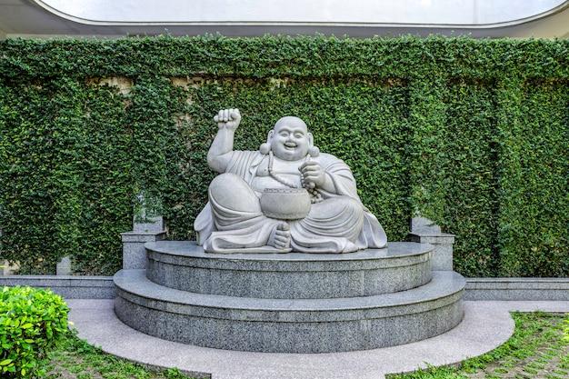 De marmeren lachende boeddhabeelden in de tempel op het eiland batam