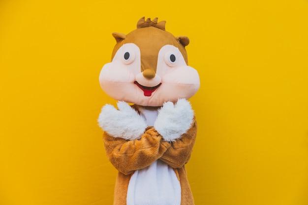 De mascotte van het eekhoornkarakter heeft een boodschap voor de mensheid. milieuconcept over dierenrechten