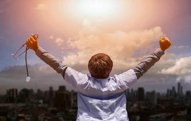 De medische professionals zijn blij en enthousiast om te winnen. het staat voor succes en positieve emoties.