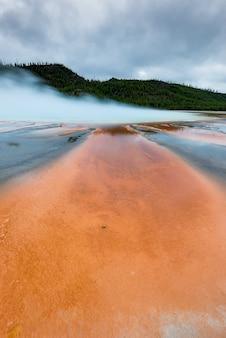 De meest bekende geyser, grand prismetic geyser, in yellowstone