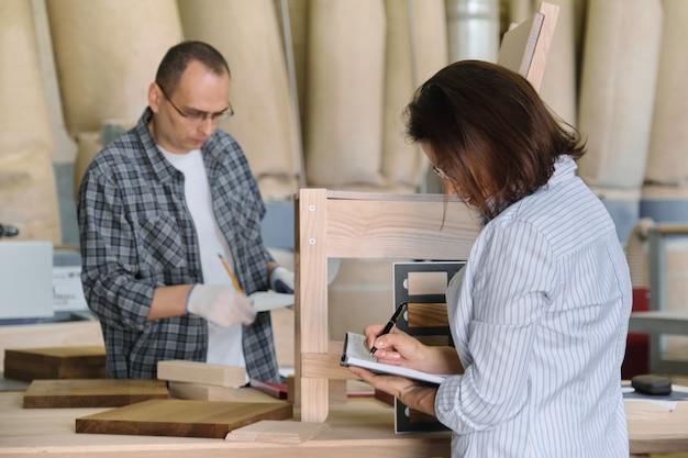 De meester die van de meubilairproductie houten stoel maakt