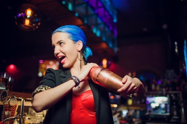 De meisjesbarman maakt een cocktail