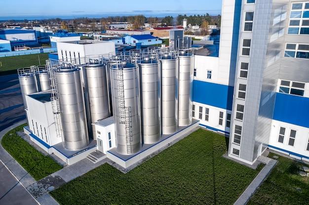De melkverwerkingsfabriek de gevel van het gebouw bovenaanzicht