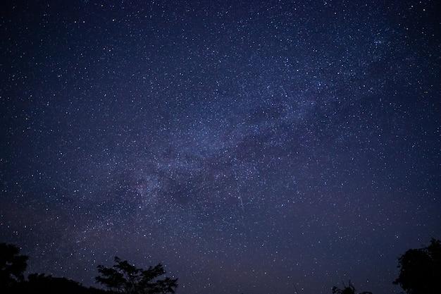 De melkweg bij nacht speelt achtergrond mee