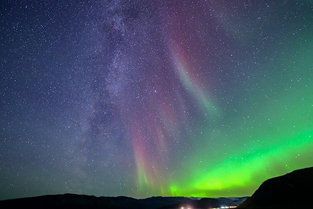De melkweg die bij het noorderlicht hoort. dat is een zeldzaam fenomeen in ijsland