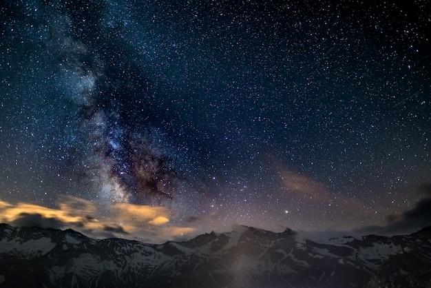 De melkweg en de sterrenhemel gevangen op grote hoogte in de zomer op de italiaanse alpen
