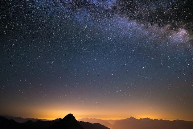 De melkweg gezien van hoog in de alpen
