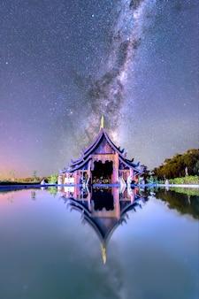 De melkweg stijgt boven de kerk uit. van tempels in de provincie udon thani