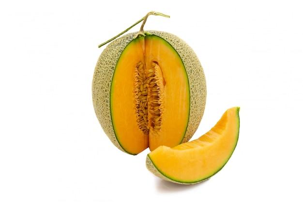 De meloen heldere kleuren van de close-up die wordt gedraaid en stukken die op witte achtergrond worden geïsoleerd.