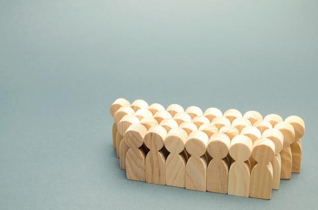 De menigte houten figuren van mensen.