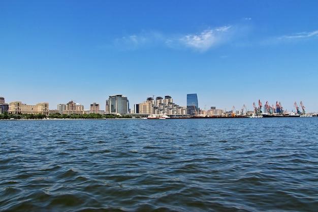 De mening over baku stad vanaf kaspische zee, azerbeidzjan
