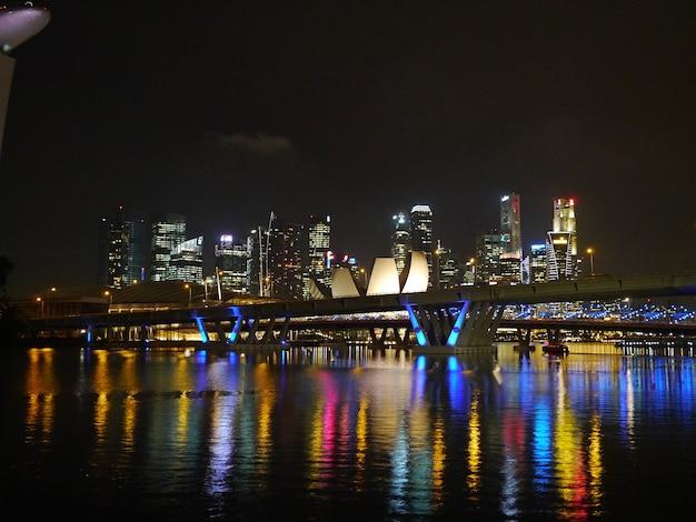 De mening over wolkenkrabbers in de jachthaven bij nacht, singapore