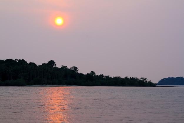 De mening van eiland vóór zonsondergang is de mooie lichte zon in thailand