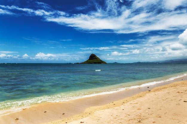 De mening van het de hoedeneiland van chinaman en mooi turkoois water bij kualoa-strand, oahu, hawaï