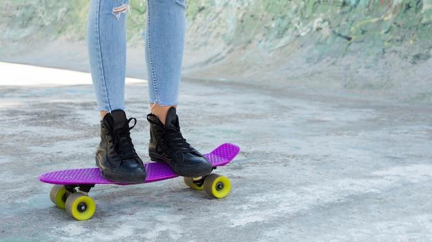 De mening van het gewas van het jonge stedelijke vrouw schaatsen