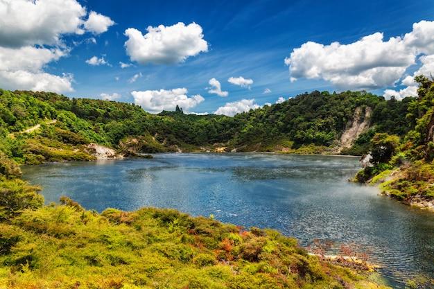 De mening van het panmeer met stoom in vulkanisch de valleipark van waimangu in rotorua, nieuw zeeland