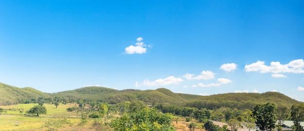 De mening van het panoramalandschap van de blauwe hemel van de bergagent