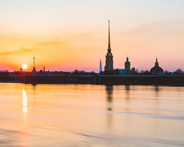 De mening van sint-petersburg bij zonsondergang met neva-rivier en paul en peter-vesting