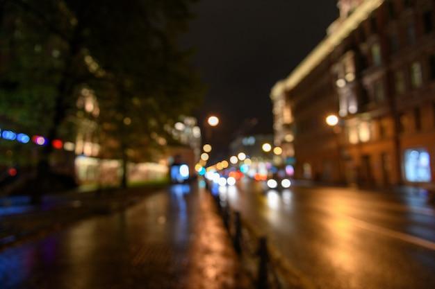 De mening van verkeer in stadsstraat, blured achtergrond