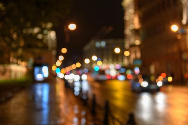 De mening van verkeer in stadsstraat, nacht scape, blured bokeh backgr