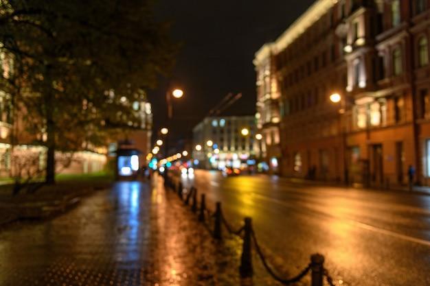 De mening van verkeer op stadsstraat vertroebelde bokeh achtergrond, nacht