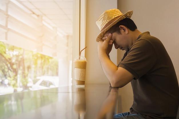 De mens denkt serieus terwijl hij in de coffeeshop zit