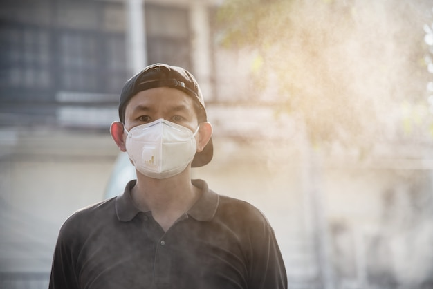 De mens die masker draagt beschermt in luchtvervuilingsmilieu