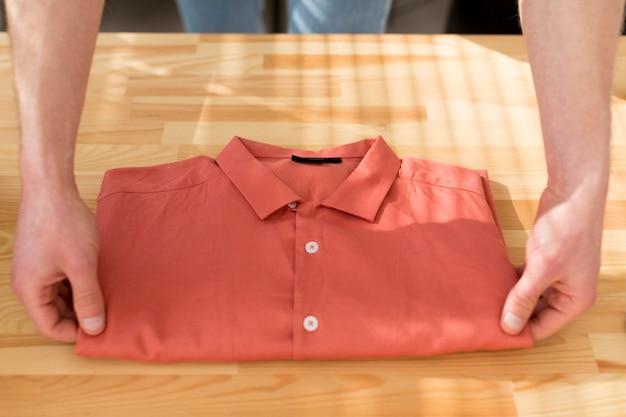 De mens die van de close-up chemise vouwt