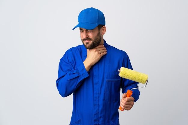 De mens die van de schilder een verfrol houdt die op wit wordt geïsoleerd hoestend veel