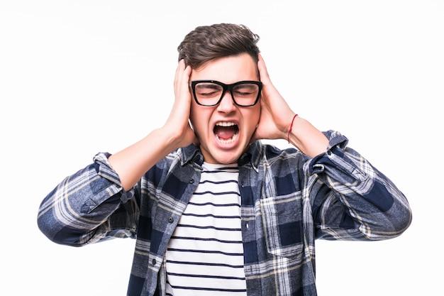 De mens die zijn oren behandelen met dient voorzijde van witte muur in