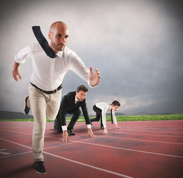 De mens doet mee aan een race om daar als eerste te komen