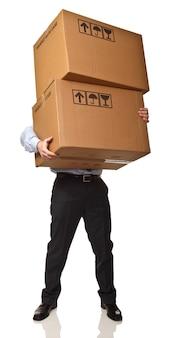 De mens draagt dozen die op witte achtergrond worden geïsoleerd