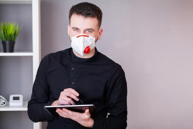 De mens draagt een masker ter bescherming tegen coronavirus