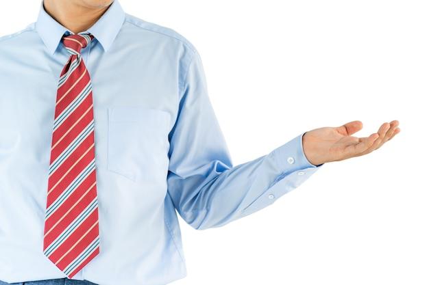 De mens draagt overhemd met lange mouwen dat zich in studioschot bevindt dat op witte achtergrond wordt geïsoleerd