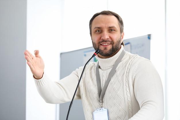 De mens draagt pres-kaart of leeg kenteken, spreker