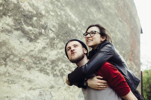 De mens draagt zijn vriendin op zijn rug