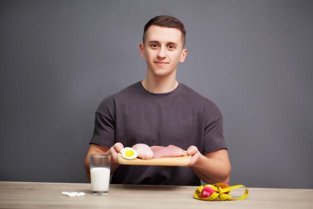 De mens eet een eiwitrijke maaltijd van vlees en fruit