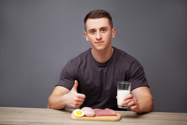 De mens eet een eiwitrijke maaltijd van vlees en melk