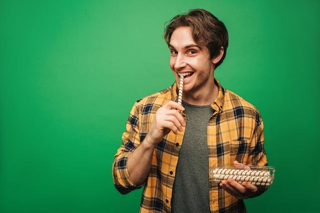 De mens eet met plezier snoep