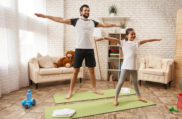 De mens en het meisje zetten wapens aan kanten voor gymnastiektraining.