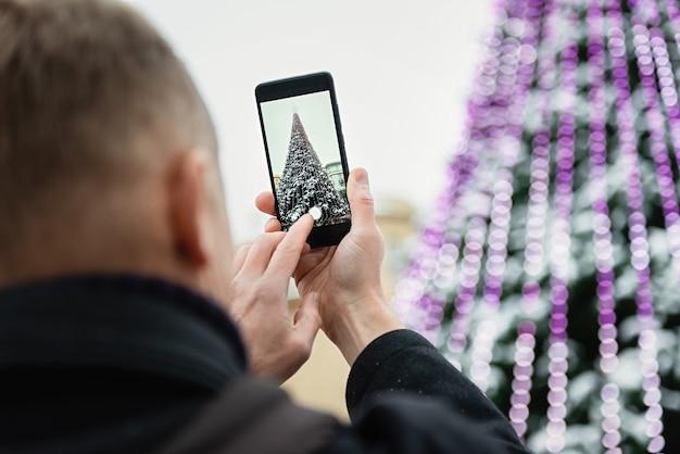 De mens fotografeert met de smartphone