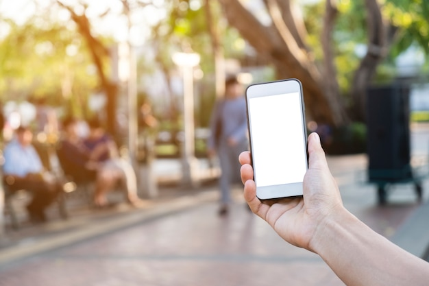De mens gebruikte mobiele telefoon op het park, bespot omhoog op het scherm
