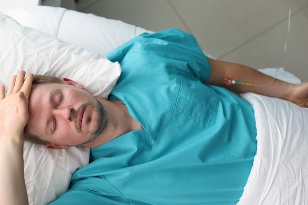 De mens ging niet lang naar artsen en belandde op de intensive care