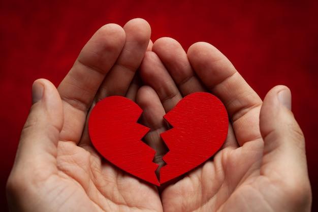 De mens heeft een gebroken hart in zijn handen